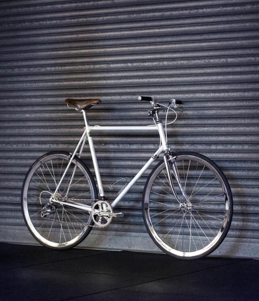 Rotes Fahrrad vor Wand